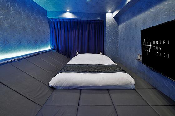 部屋一面がベッドのような寝転がれるスペースになっている